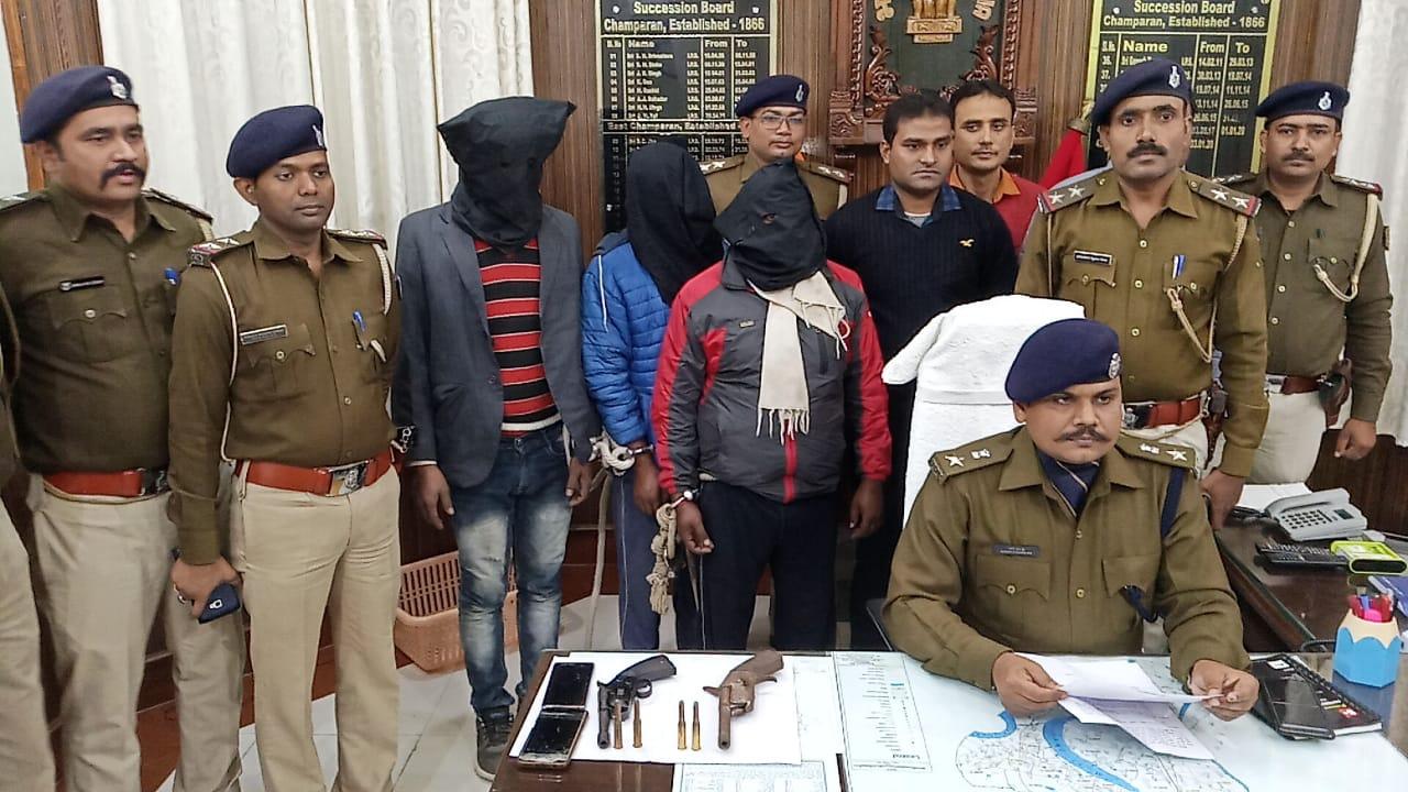 लूट की योजना बनाते अपराधियों के योजना पर एसपी की टीम ने फिराया पानी तीन अपराधियों की हुई गिरफ्तारी, छापेमारी जारी