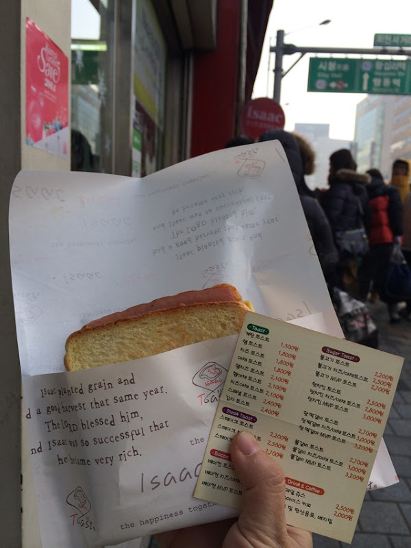 2014-01-22 10.16.50 用手比畫買到的火腿蛋土司 1800韓元