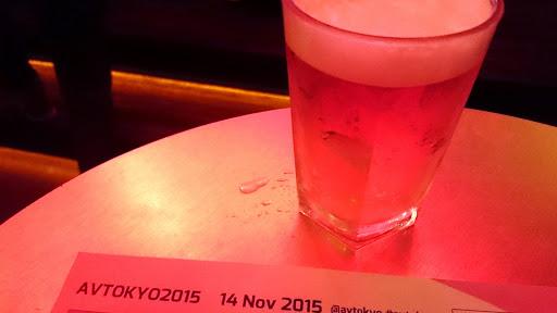 [写真]ビールグラスとプログラム