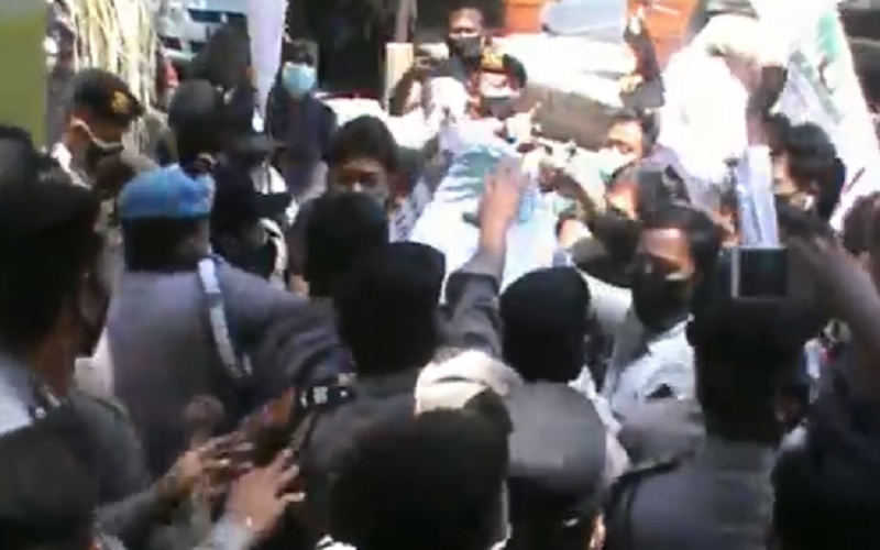 Aparat Keamanan Diduga Tendang Masa Aksi, Demo Mahasiswa di Kantor Wali Kota Mataram Jadi Ricuh