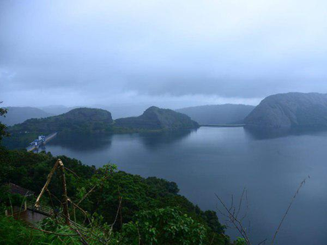 The reservoir of Kerala's Idukki dam is filled to capacity by heavy monsoon rains. The water level reached 2396.34 feet on Saturday, 4 August 2018. The Full Reservoir Level (FRL) of the dam is 2403 feet. Photo: Oneindia News