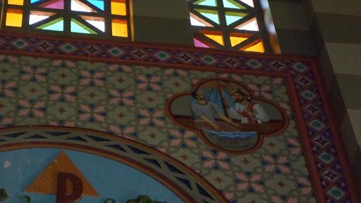 """Na Figura do pequeno medalhão superior, um barco com velas; Pedro remando, e Jesus orientando. Sem Ele, Pedro nada conseguiu com seu trabalho de pescador, durante a noite toda; com Ele, a barca encheu-se de peixes. Os nossos esforços, sem Deus, pouco ou nenhum fruto conseguem. """"Et concluserunt piscium multitudinem"""" E apanharam uma quantidade enorme de peixes. (Lc. 5, 6)."""