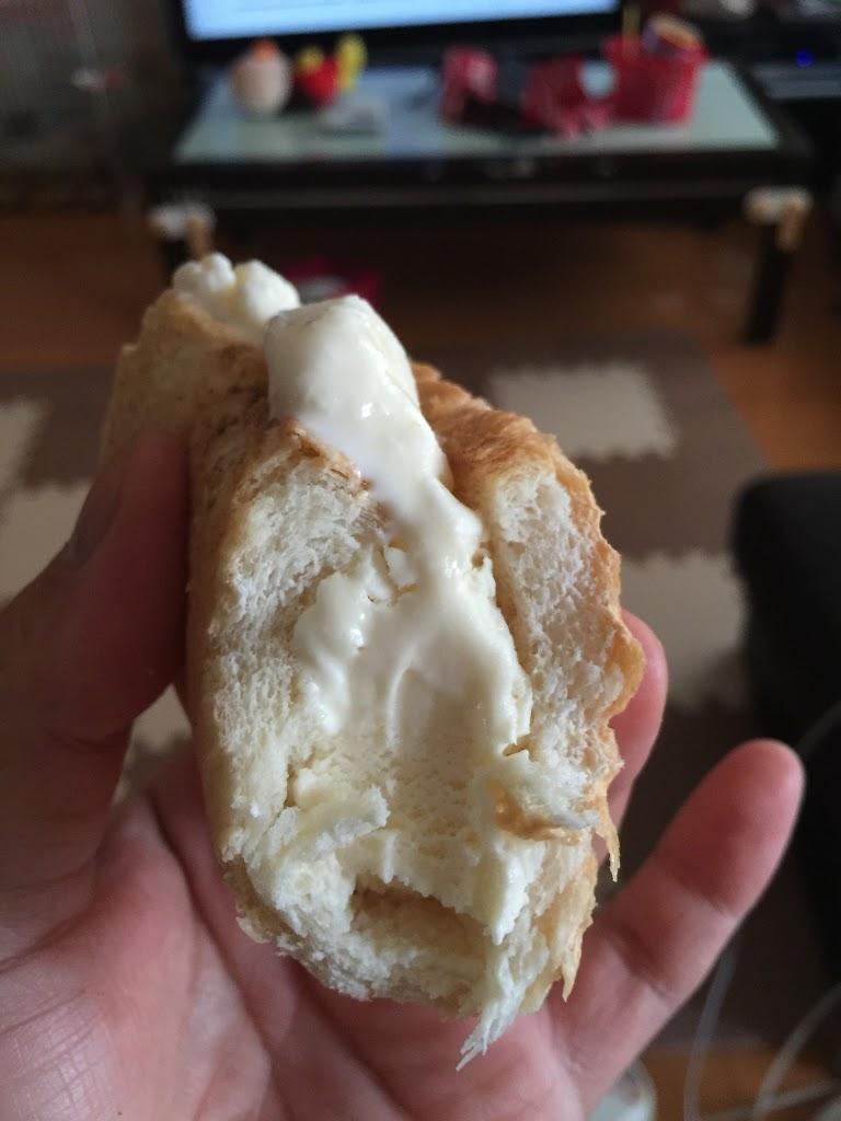 アイスでパンをはさんだスイーツ