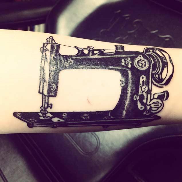 Este tinta preta máquina de costura