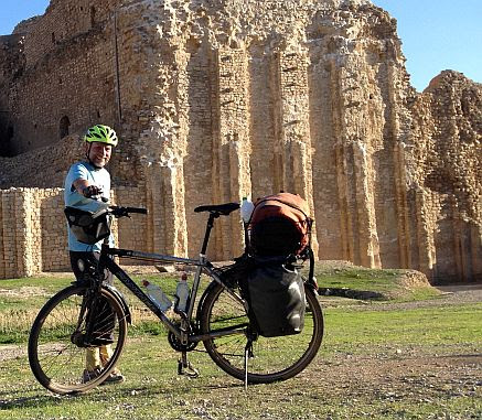 Chris on the Bike mit Panther Dominance Trekking vor dem Ardeshir-Palast bei Firuzabad, Iran