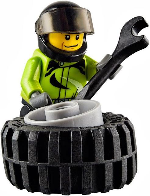 Nhân vật trong bộ Lego City 60055 Monster Truck đang cố gắng khắc phục sự cố vừa xảy ra