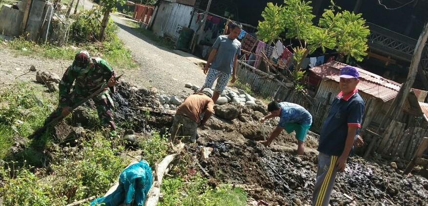 Wujud Nyata Bakti TNI Kepada Rakyat, Babinsa Koramil-05/Marioriwawo Melaksanakan Gotong Royong Pembuatan Parit