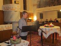 17 Varga Tibor üdvözli a kaposkelecsényi koncert résztvevőit.jpg