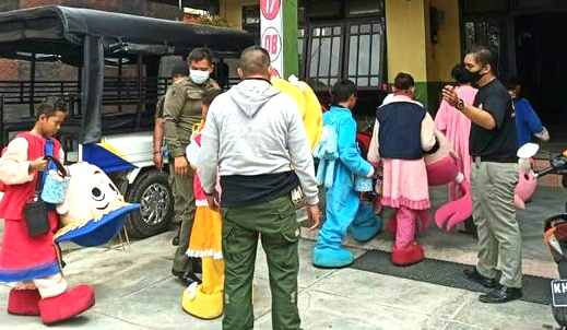 Satpol PP dan Damkar Kapuas Amankan Badut Jalanan