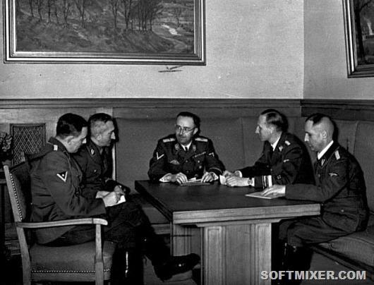 Bundesarchiv_Bild_183-R98680,_Besprechung_Himmler_mit_Müller,_Heydrich,_Nebe,_Huber
