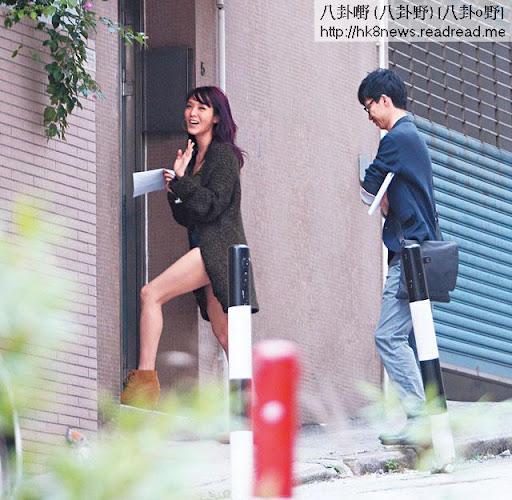 單拖風騷睇樓 <br><br>上周三( 7日),記者發現官恩娜在一男一女地產經紀陪同下,到跑馬地一帶連續睇了四個貴價屋苑。