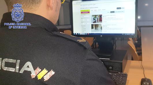 Agentes de la Policía Nacional inspeccionan internet en busca de anuncios falsos.