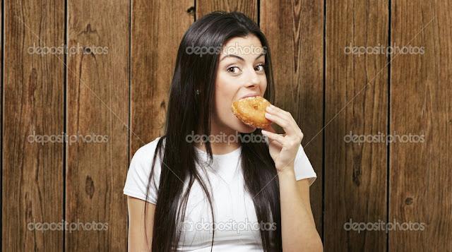 Poğaça yiyen kız