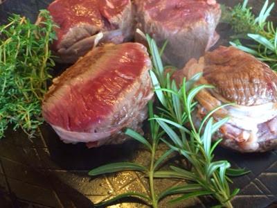 l art de gourmet knusprige rosa steakh fte im speckmantel auf rosmarin und thymianbettan. Black Bedroom Furniture Sets. Home Design Ideas