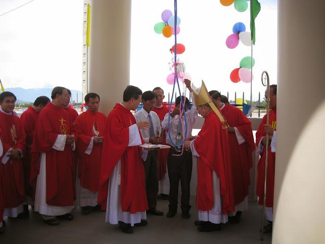 Thánh lễ ban Bí tích Thêm Sức - làm phép chuông và tượng đài Đức Mẹ tại nhà thờ Hòn Khói