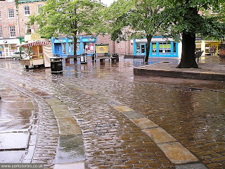 2007, King's Square. Curving line of cart tracks and setts, relaid here in the 1970s, following the old line of the road
