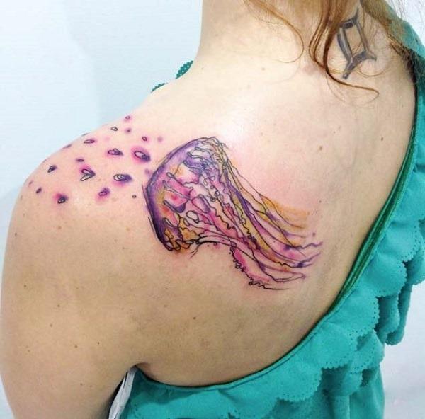 Um bonito olhando água-viva tatuagem no ombro. A água-viva é mostrado para ser um pouco emissores de coração em forma de bolhas em cima dela. A idéia de que o design parece muito divertido e adorável.