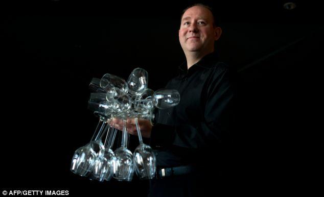 Seorang Pria Berhasil Membawa 51 Gelas Dengan Satu Tangan