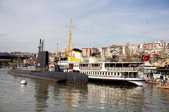 Кораблі в бухтах Стамбулу