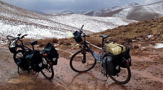 Auf einem Pass im Karkas-Gebirge zwischen Abyaneh und Ghohrud, Iran (33.603349, 51.471680)