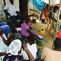 Vysílání prvního humanitárního programu pro komunitu v Mahadu. (Foto: Adam Bemma, Internews)