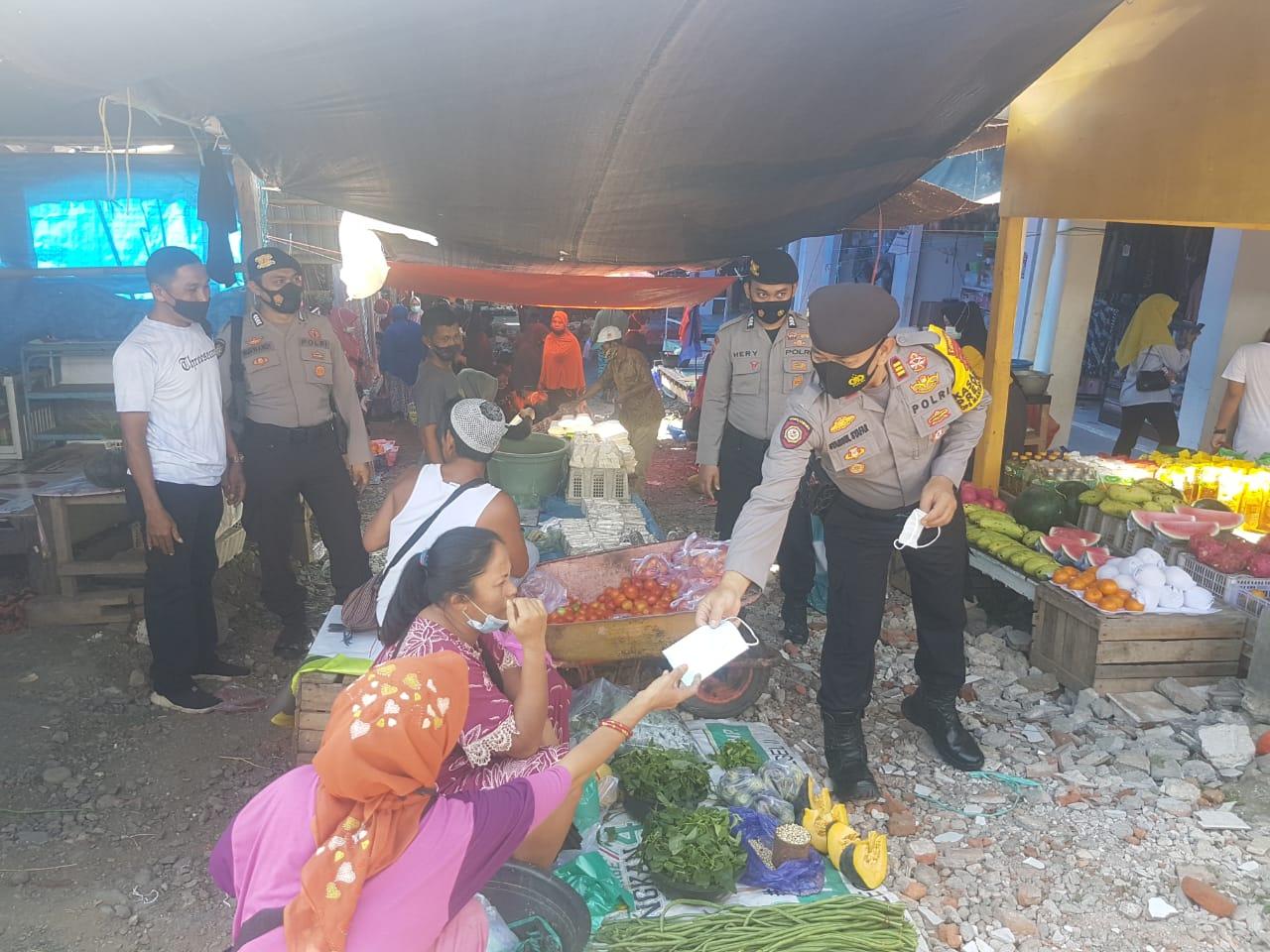 Wujud Peduli Kepada Masyarakat Sat Sabhara Polres Soppeng Membagikan Masker di Pasar Lolloe