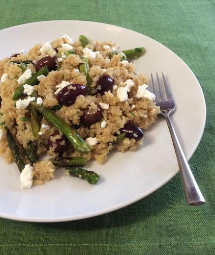 quinoa, salatka, grillowane warzywa, szparagi, czarne oliwki, kozi ser, zioła,
