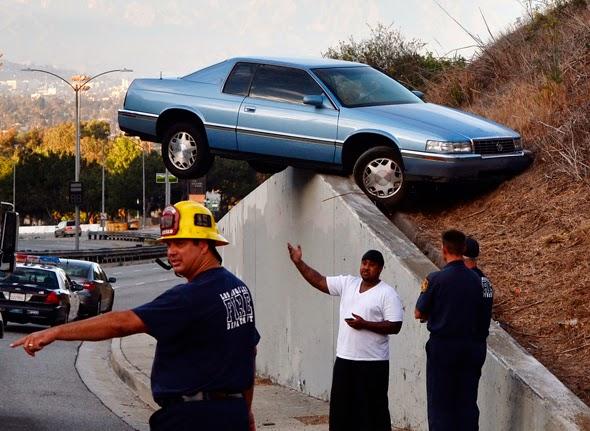 coche accidentado en un lugar inverosimíl