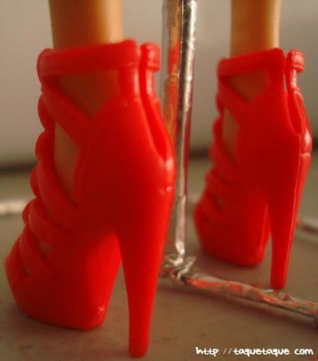Diseños OOAK DIY by Taque-Taque para Barbie Fashionista: vista trasera de los zapatos rojos de plataforma