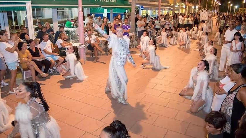 Una de las actuaciones de la Noche en Blanco de Carboneras.