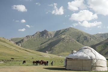Pferde, Jurte und hohe Berge beim Tash Rabat