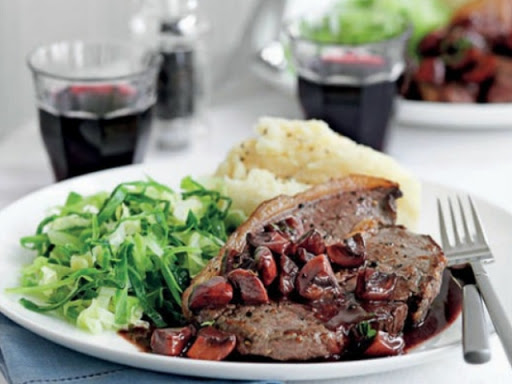 Rump steak with quick mushroom and red wine sauce