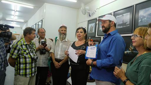 01 Вручение памятных дипломов на открытии выставки в Бейт Оле.jpg