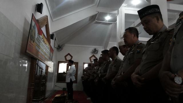 Anggota Polres Jombang Salat Gaib Doakan Korban Longsor Ponorogo