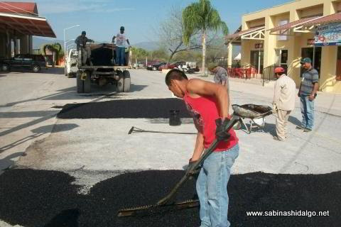 Labores de bacheo en calles de Sabinas Hidalgo