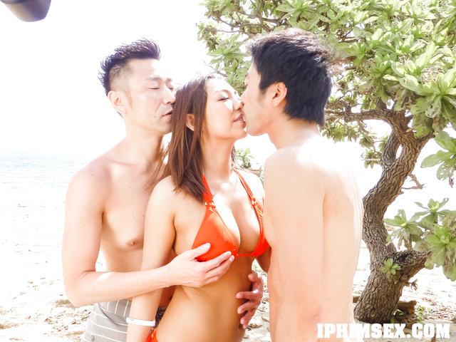 2 thanh niên may mắn được chịch với gái dâm ngoài biển