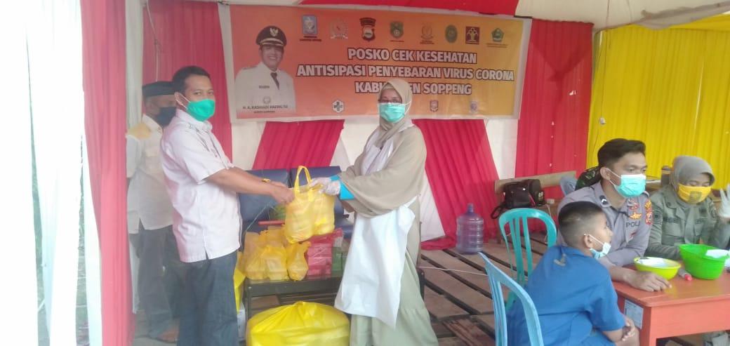 Politisi Golkar, Syamsuddin Bagikan Paket Buka Puasa Di Posko Perbatasan Di Lilirilau