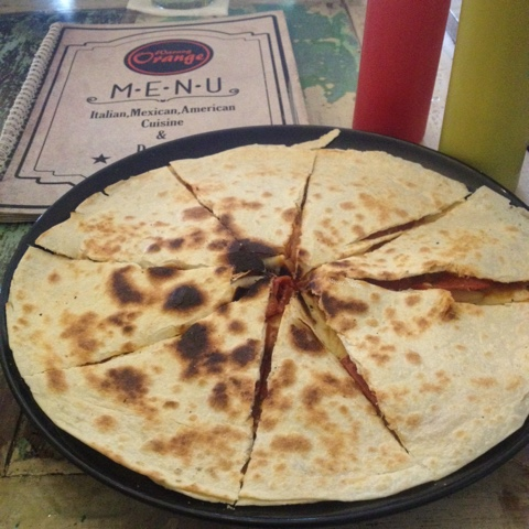 maniak-makan-menu-warung-orange-solo-pizza-quesadilla