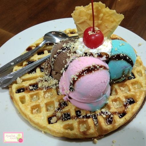 maniak-makan-es-krim-tentrem-solo-sejak-1952-belgian-waffle-ice-cream