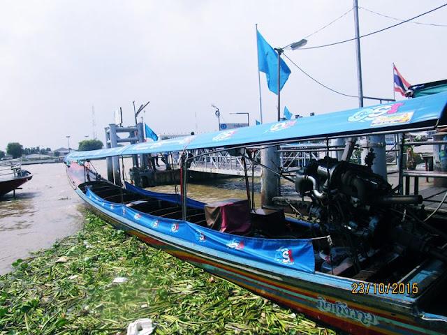 Moda transportasi perahu murah yang digunakan warga lokal untuk mengunjungi tempat wisata di bangkok