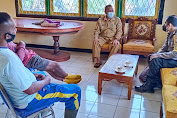 Sambangi Kantor Desa Sungai Ringin, Bhabinkamtibmas Ajak Disiplin Prokes