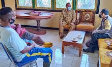 Sambangi Kantor Desa, Bhabinkamtibmas Polsek Sekadau Hilir Ajak Disiplin Prokes
