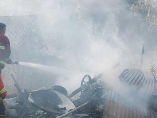 Berita foto video sinar ngawi terkini: Terik siang bolong, Gudang Rongsok di Jalan Karya ludes terbakar