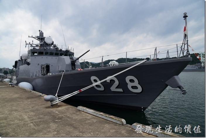 日本舞鶴-海上自衛隊。這一艘是隼級巡邏艇「うみたか」號(828),上面配了一門小一點的奧托梅萊拉76 mm 艦砲。