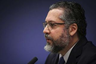 Ernesto Araújo cita versículo da Bíblia em meio a pressão para ser demitido