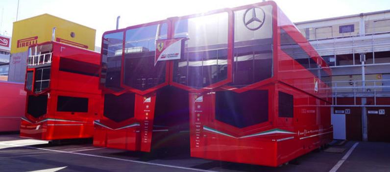 Estrella de Mercedes reflejada en el motorhome de Ferrari en Montmeló