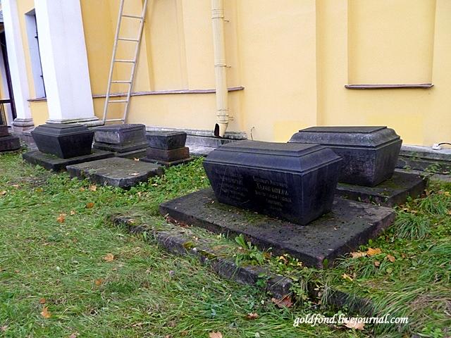 Самые старые надгробия около церкви