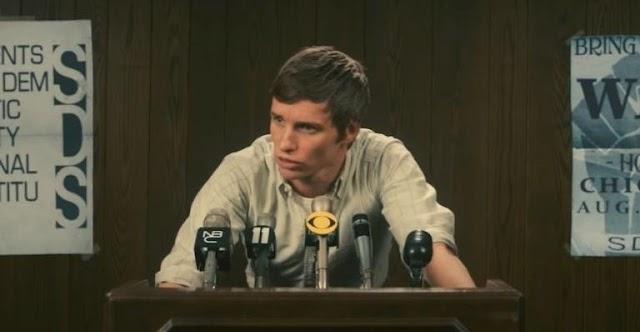 """Eddie Redmayne Newt de Animais Fantásticos lidera manifestação no filme """"Os 7 de Chicago""""; veja trailer"""