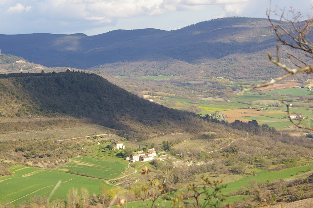Les Hautes-Courennes. Vue vers le Sud-Est : le hameau de Fouix, la vallée du Calavon et le Grand Lubéron. Fin avril 2005. Photo : J.-M. Gayman