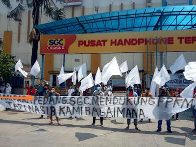 Puluhan Pedagang Pusat Perbelanjaan Sentra Grosir Cikarang ( SGC ) Mengibarkan Bendera Putih